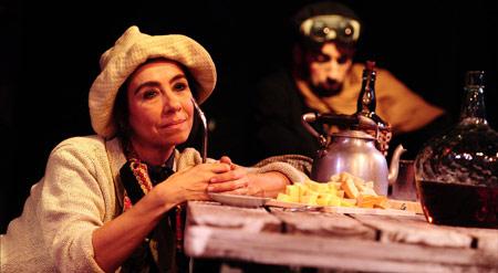 Paola Venditto como La Duvija en Hay barullo en el resorte - Foto httpteatrocircular.org.uy