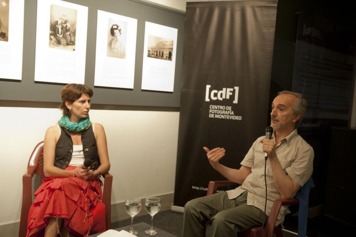 Veronica Cordeiro (curadora) y Ricardo Casas, durante el Encuentro con el autor Ricardo Casas. Foto Carlos Contrera / CdF