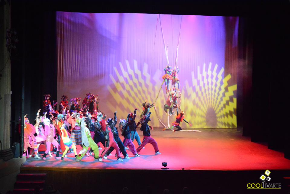 """Vacaciones de Invierno: """"Los músicos de Bremen"""" en el TEATRO SOLIS! Un espectáculo donde se conjugan diferentes ramas de las artes escénicas: actuación, canto, acrobacia aérea, circo, malabares, y diferentes géneros de danza, como el hip hop, el tango, o el ballet. Una puesta en escena sin precedentes en obras nacionales para público infantil, con más de 40 artistas en escena. Foto © Federico Meneses"""
