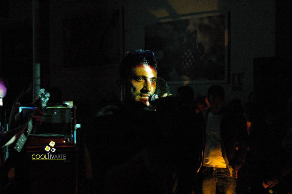 """imagen - Assimo en vivo presentando """"La Hoguera"""" - La Diaria - Noviembre 2010 © Federico Meneses"""
