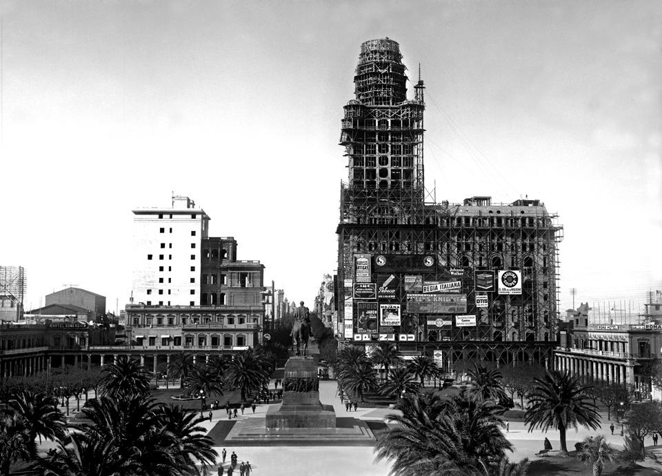 imagen - Plaza Independencia y Palacio Salvo en construcción. Años 1926 - 1927 (aprox.). (Foto: 3940FMH.CMDF.IMM.UY - Autor: S.d./IM).
