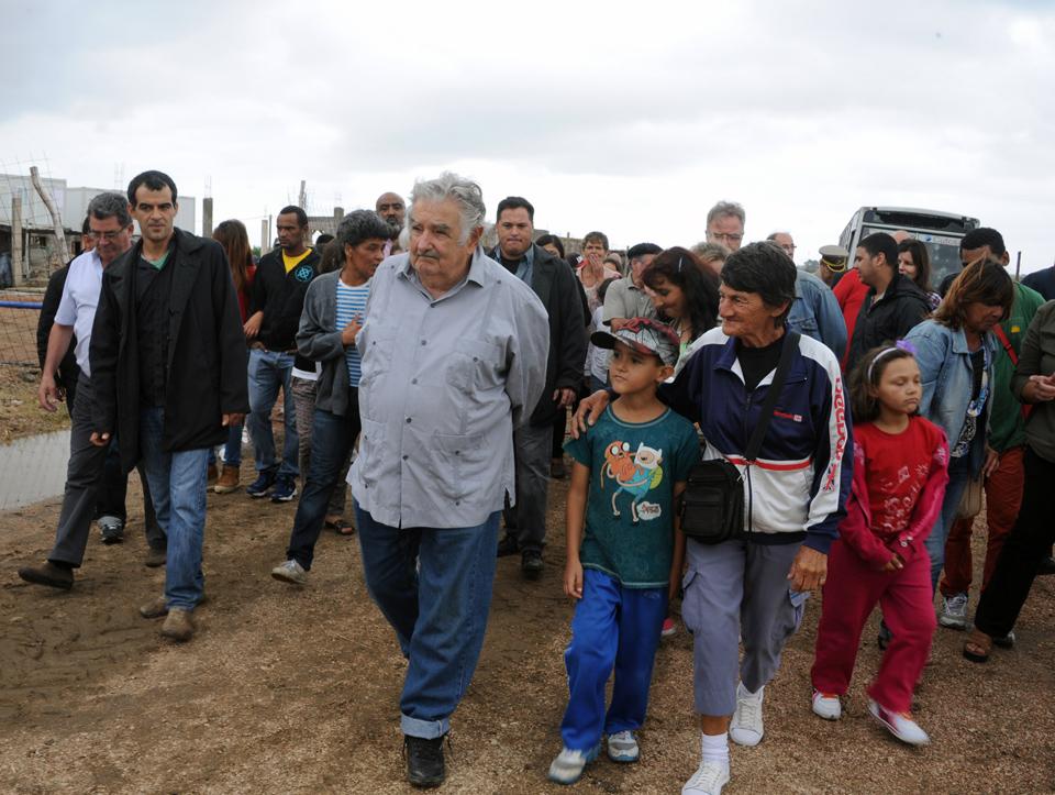 imagen - Presidente Muijica en recorrida del Plan Juntos en Camino de las Tropas y Luis Batlle Berres - Foto - http://www.presidencia.gub.uy/