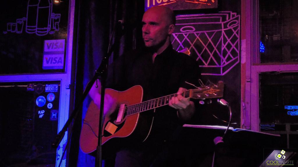 Diego Presa en Bluzz Bar - Sólo voz y guitarra - 22/03/18 - Foto © Claudia Rivero