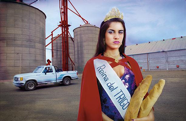 Marcos López (Argentina, 1958) La reina del trigo. Gálvez, Provincia de Santa Fe, 1997-2017 (impresión). Impresión inkjet coloreada a mano50 x 70 cm Cortesía Rolf Art y Marcos López. © Marcos López