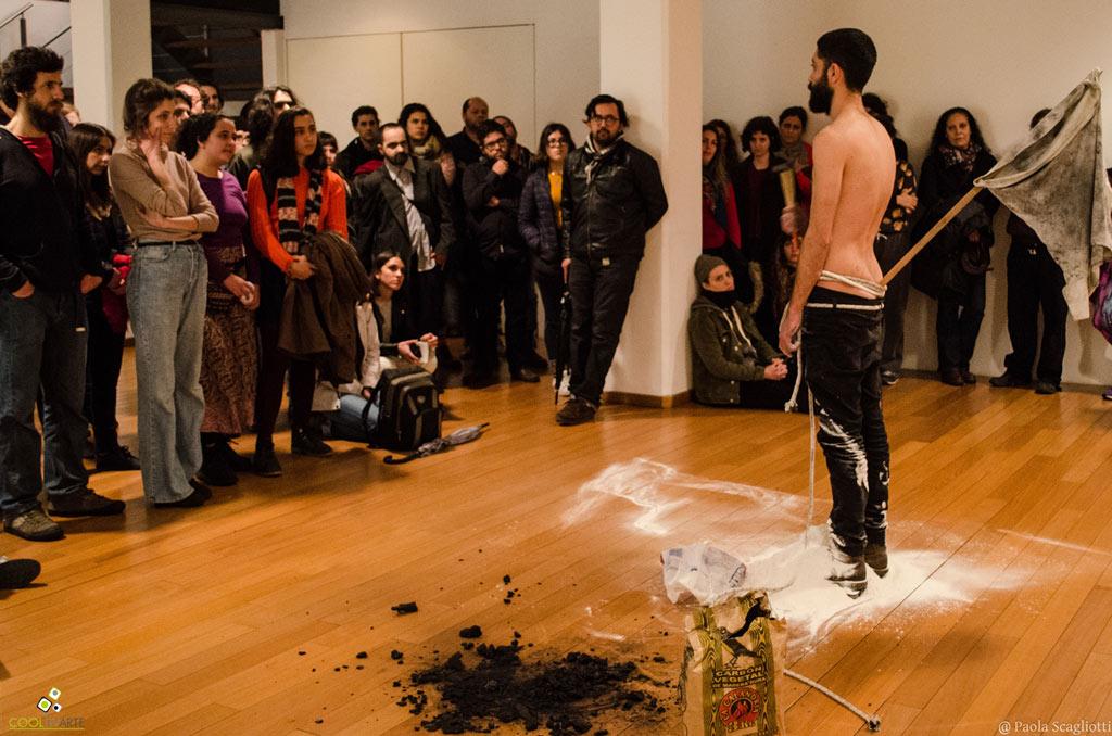 El 19 de julio en el Centro Cultural de España de Montevideo se llevó a cabo la 4ta entrega de Poesías Performáticas: un evento diseñado exclusivamente para la performance poética en donde la poesía se articula entre la puesta en voz, la música, el acting, la danza, representaciones breves de teatro, audiovisuales y un sin fin de modalidades.