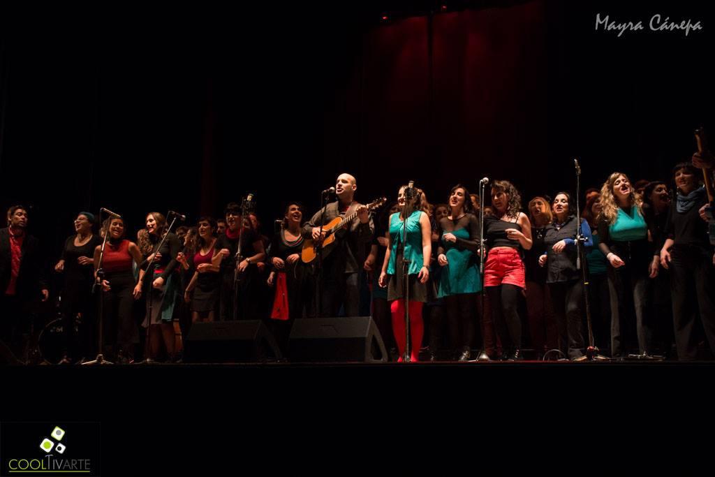 El sábado 17 de Agosto se presentó Gerardo El Alemán junto con el coro del TUMP en teatro Larrañaga de la ciudad de Salto. Dos horas de espectáculo a todo ritmo, música y color. Fotos © Mayra Cánepa