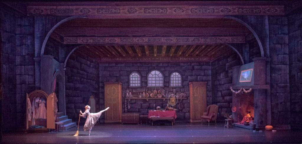 El Ballet Estable del Teatro Colón continúa con las funciones de La Cenicienta en versión coreográfica de Sir Ben Stevenson el martes 22, miércoles 23, jueves 24, viernes 25 y sábado 26 de octubre a las 20:00 horas.