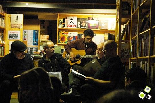 imagen - MONDOROCKO poesía, música y audiovisuales - PERFORMANCE POETICA EN LA LUPA LIBROS - Foto © Federico Meneses