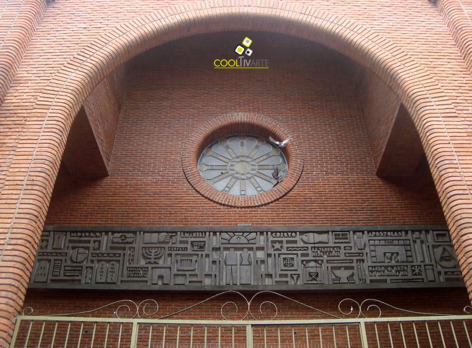 imagen - Juan de Andrés - Bajorrelieve de 15 m. en hormigón, atrio de la Iglesia de San José Obrero 1976, Treinta y Tres - Uruguay © Federico Meneses