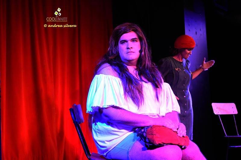 UNA DE DOS, a cargo de los actores Agösto Latino y Luciana Acuña. Todos los jueves a las 21 hs. en el teatro Undermovie. Foto © Andrea Silvera De Giordano