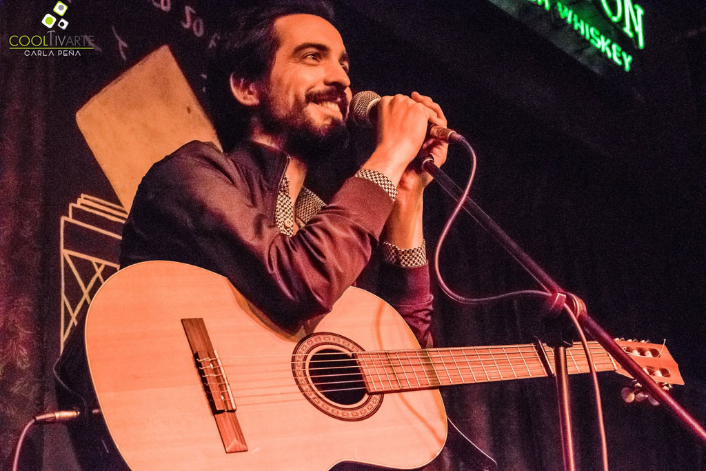 "Franny Glass ""A Guitarra y Voz"" en Bluzz Bar - junio 2018 - Fotografía: © Carla Peña www.cooltivarte.com"