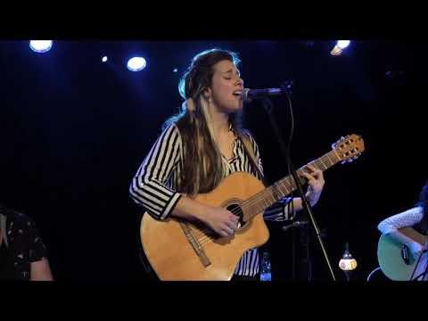 Mané Pérez es una joven cantautora y actriz que presentó sus temas propios acompañada de 3 músicas en escena: Mariana Vázquez en guitarra, Fernanda Bértola en percusión, y Virginia Álvarez en bajo. Poesía Jimena Márquez