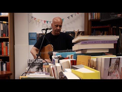 """Edgardo Rigaud en el ciclo 'Letra & Música' Edgardo Rigaud: guitarra, voz, composición Natalie Rigaud: voz, percusión Elis Rigaud: voz, percusión Juan Pablo Szilagyi: bajo Pablo Somma: flauta, voz Pedro Bergara: saxo Pablo Meneses: percusión, voz Lista de temas: """"Al filo de la navaja"""" · 0:10 """"Se me funky la guajira"""" · 2:55 """"Don Pedro en Europa"""" 6:30 """"Postal al Sur"""" · 11:41"""