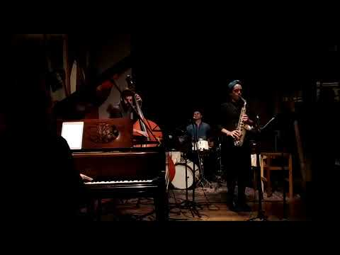 """Cuarteto de Jazz conformado por músicos Uruguayos se presentaron en Thelonious, Santiago de Chile. """"Cosecha la siembra"""" Composición y saxo: Patricia López Contrabajo: Alfonso Santini Batería: Pablo Meneses Piano: Sebastián Zinola"""