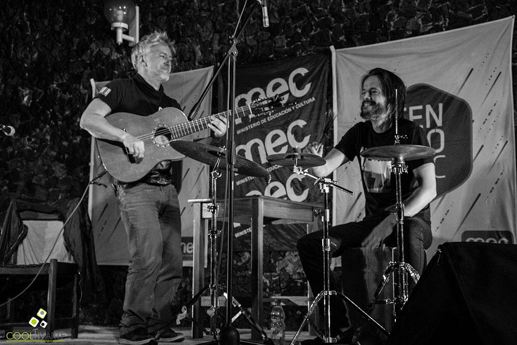 Martín Buscaglia y Martín Ibarburu se presentaron el 28 de Setiembre en el patio de la Biblioteca Departamental Felisa Lisasola. De teloneros participaron Mario Castro (artista Salteño) y su banda. Fotos © Mayra Cánepa www.cooltivarte.com