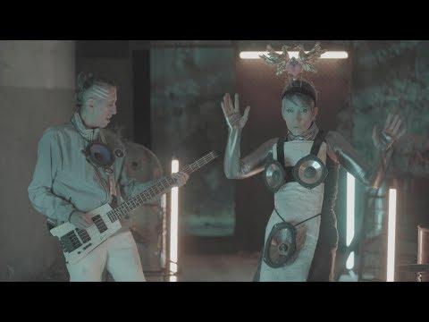 """Aterciopelados presenta """"En La Ciudad de la Furia"""", una nueva versión del clásico de Soda Stereo, con sonidos cyberpunk y un video retro futurista, para conmemorar el quinto aniversario de la muerte del hombre alado."""