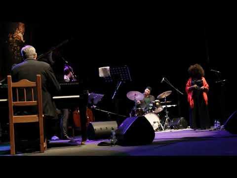 24° Festival Internacional de Jazz de Punta del Este Joy y Lucy, presentan: Tributo a Ella Fietzgerald y Billie Holiday. Finca El Sosiego - 4 de enero de 2020 David Feldman - Piano Nate Pence - Contrabajo Jason Brown - Batería Joy Brown - Voz