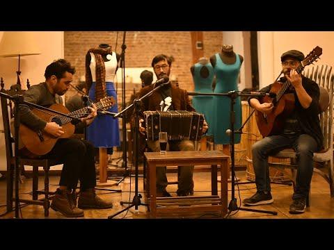 Las carretas del tango son un trio vocal e instrumental que crea e interpreta composiciones propias y ajenas. Dentro de la sonoridad criolla pero de esta actualidad. Esta formado por Rodrigo Gambeta (guitarra), Ignacio Aldabe (bandoneón, voz y guitarrón) y Rodrigo Méndez (guitarra).