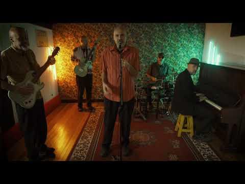 """Quizás porque"""" es el primer single del nuevo disco de Maxi Angelieri & Casi Exilio Psíquico y tiene a Laura Gutman como invitada especial. El video fue realizado por Nico"""