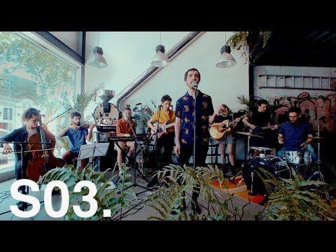 Franny Glasses el nombre del proyecto de Gonzalo Deniz. Con seis álbumes editados (cinco de estudio y una banda sonora), la carrera de Gonzalo está enfocada en la depuración del género canción. Sus influencias vienen del Pop/Folk anglosajón y la canción y ritmos rioplatenses.