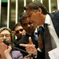 Bolsonaro discutiendo con la diputada Maria do Rosário en el plenario de la Cámara de Diputados durante una discusión sobre la violencia contra las mujeres y las niñas, la cultura de la violación, entre otros asuntos
