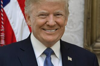 Official portrait of President Donald J. Trump, Friday, October 6, 2017. (Official White House photo by Shealah Craighead) https://es.wikipedia.org/wiki/Donald_Trump