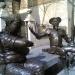 Estatuas de bronce de Sancho Panza (L) y Don Quijote (R) en el Museo Casa Natal de Cervantes