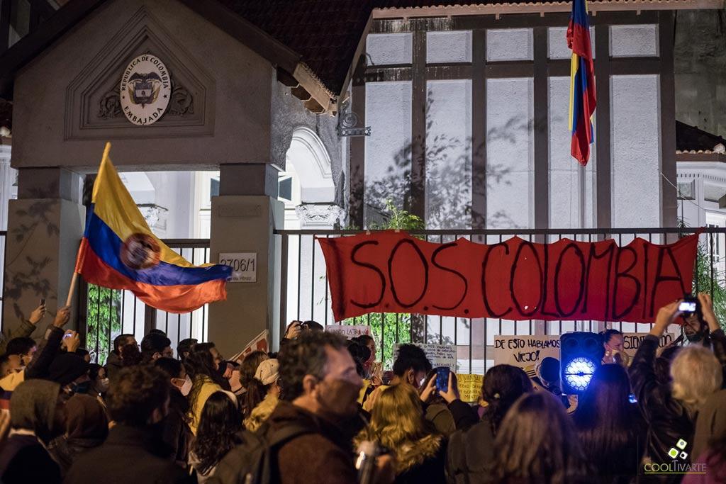 manifestantes en embajada de colombia en montevideo - mayo 2021 foto vanni gonzo
