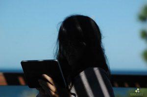 Chica con celular - Foto © Federico Meneses
