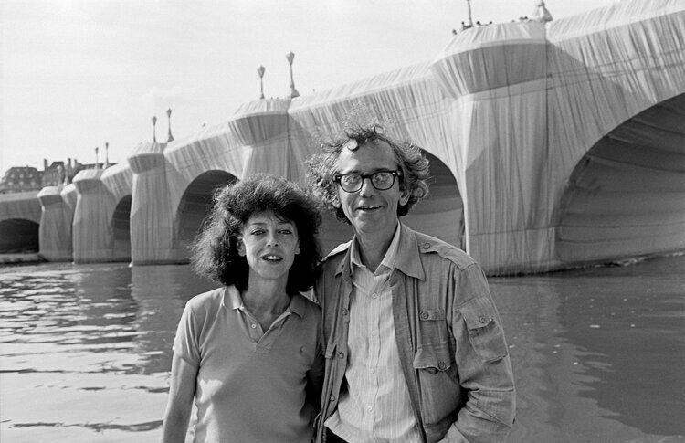 """Christo y Jeanne-Claude """"Pont Neuf Wrapped"""" en 1985. Foto Wolfgang Volz © Christo and Jeanne-Claude."""